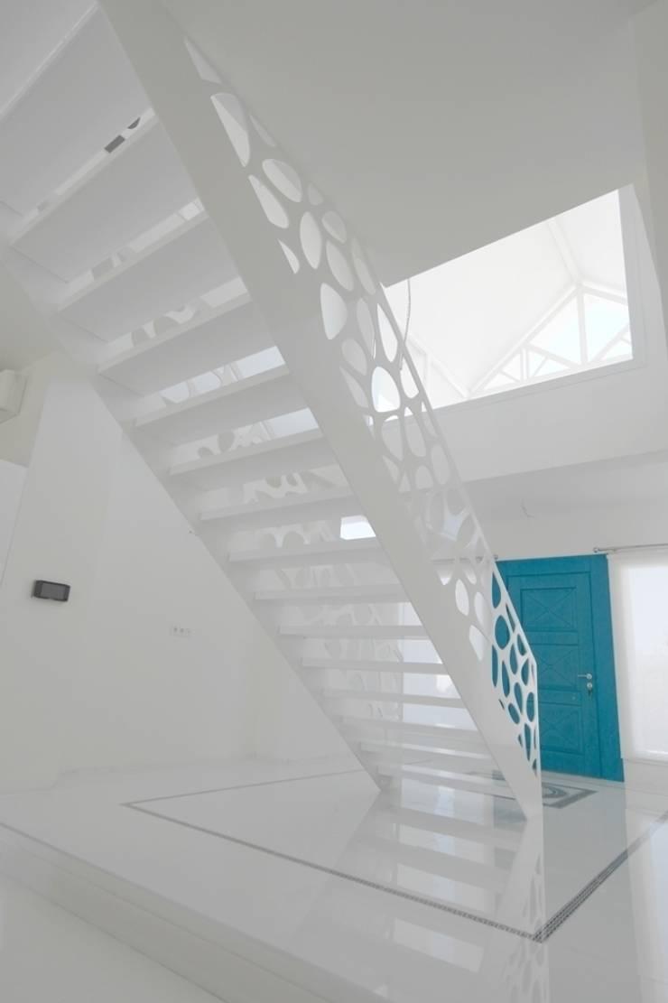 Konu Merdiven – Göksel Evi Merdiveni: modern tarz Koridor, Hol & Merdivenler