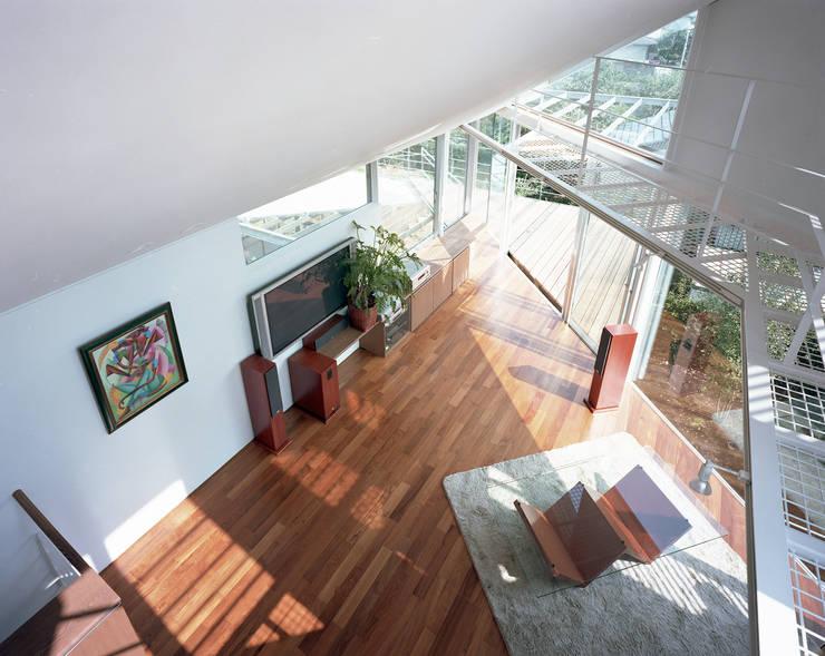 トライアングル・ハウス: 西島正樹/プライム一級建築士事務所 が手掛けたリビングです。