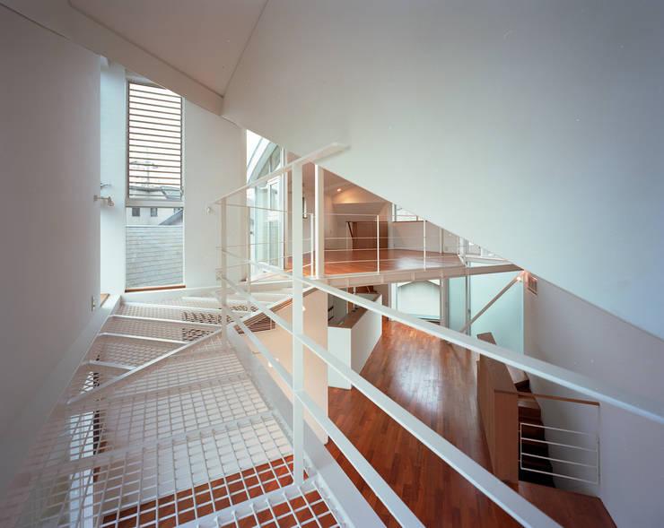 トライアングル・ハウス: 西島正樹/プライム一級建築士事務所 が手掛けた廊下 & 玄関です。