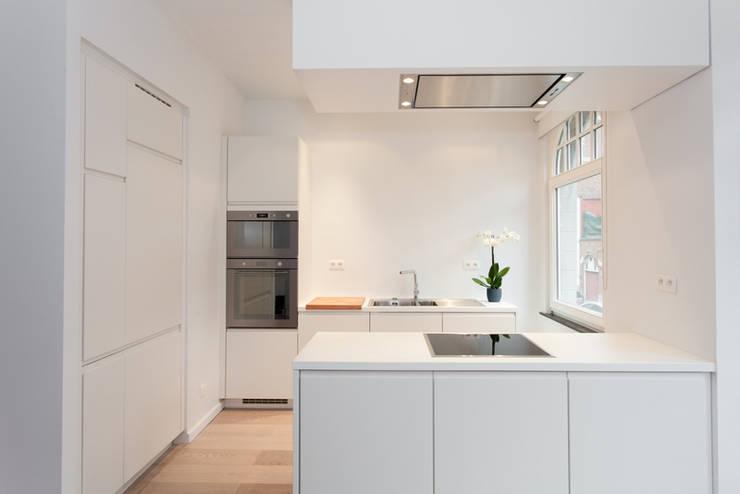 Aménagement contemporain d'un appartement bruxellois : Cuisine de style  par D-ID