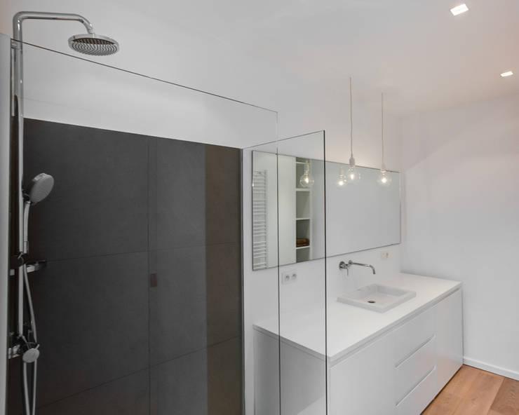 Aménagement contemporain d'un appartement bruxellois : Salle de bains de style  par D-ID
