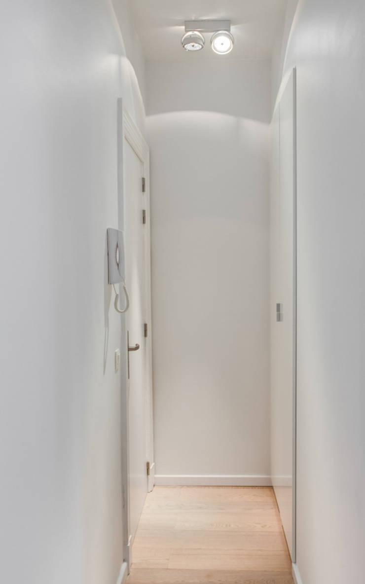 Aménagement contemporain d'un appartement bruxellois : Couloir et hall d'entrée de style  par D-ID