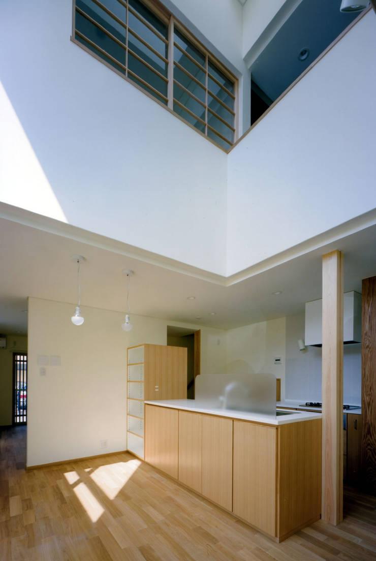 内観: MOW Architect & Associatesが手掛けたダイニングです。