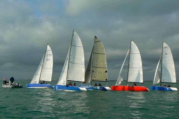 NEO 495 en flottille.: Piscine de style  par CN Alain INZELRAC - Coques en Stock