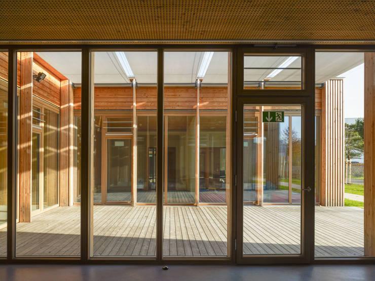 """Innenaufnahme / Blick in den """"Hof"""":  Schulen von MGF Architekten GmbH,"""