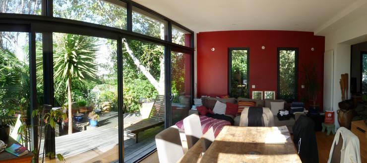 Extension d'une maison à Plescop: Maisons de style  par BERNIER ARCHITECTE