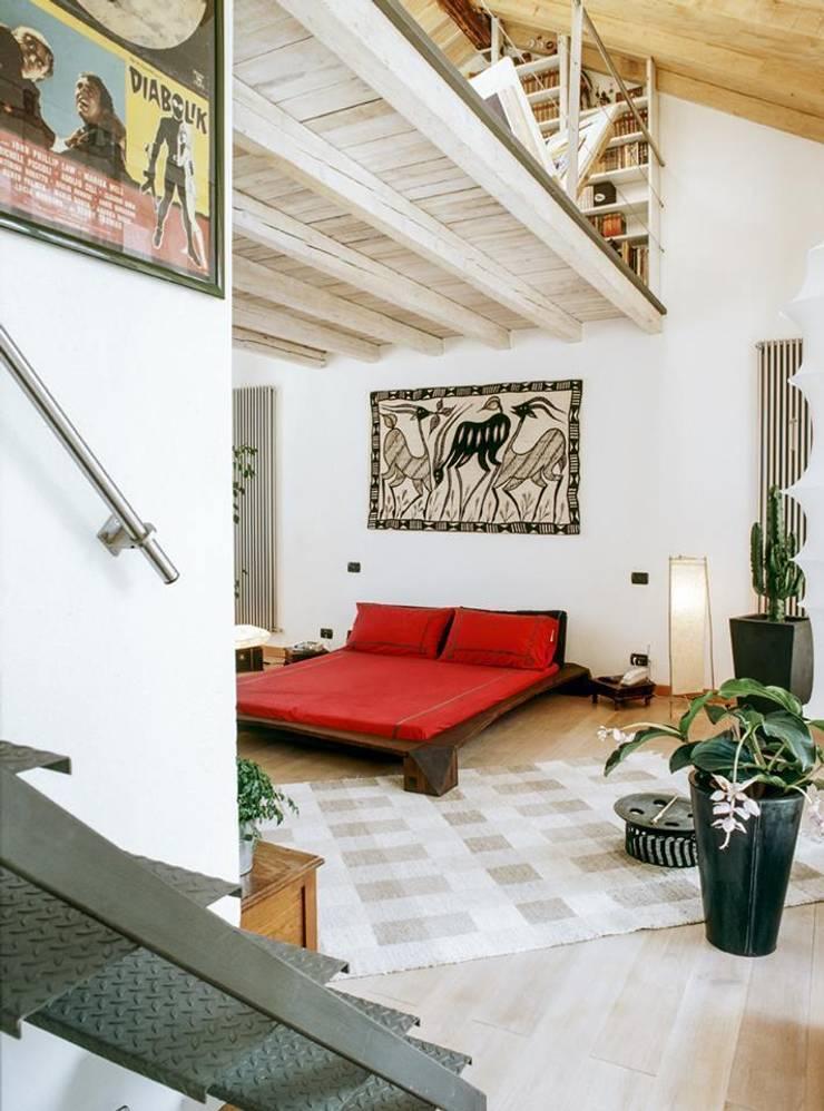 la casa serra: Camera da letto in stile  di orlandini design sas,