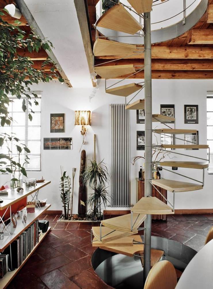 la casa serra: Sala da pranzo in stile  di orlandini design sas,