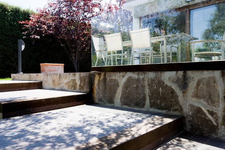 Barandillas : Terrazas de estilo  de IPUNTO INTERIORISMO
