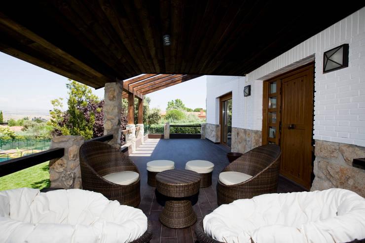 Salon Exterior: Terrazas de estilo  de IPUNTO INTERIORISMO