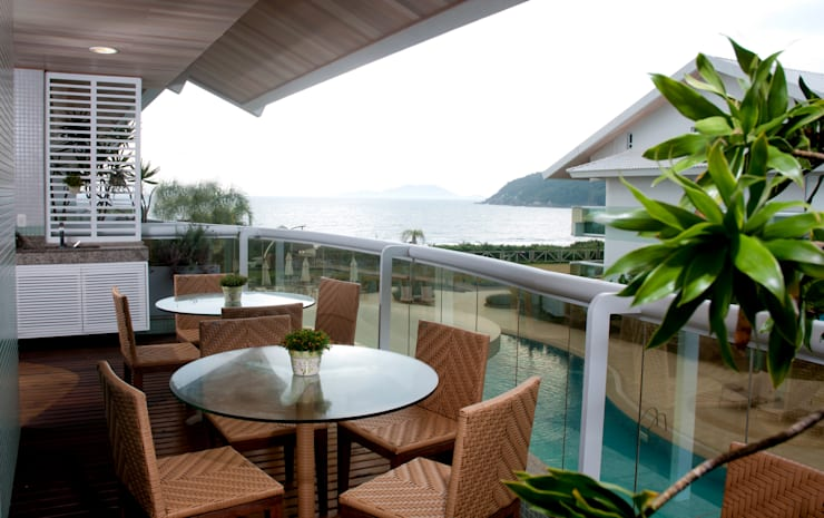 Projeto arquitetônico de interiores para residencia unifamiliar. (Fotos: Lio Simas): Terraços  por ArchDesign STUDIO
