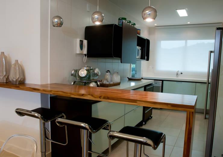 Projeto arquitetônico de interiores para residencia unifamiliar. (Fotos: Lio Simas): Cozinhas  por ArchDesign STUDIO