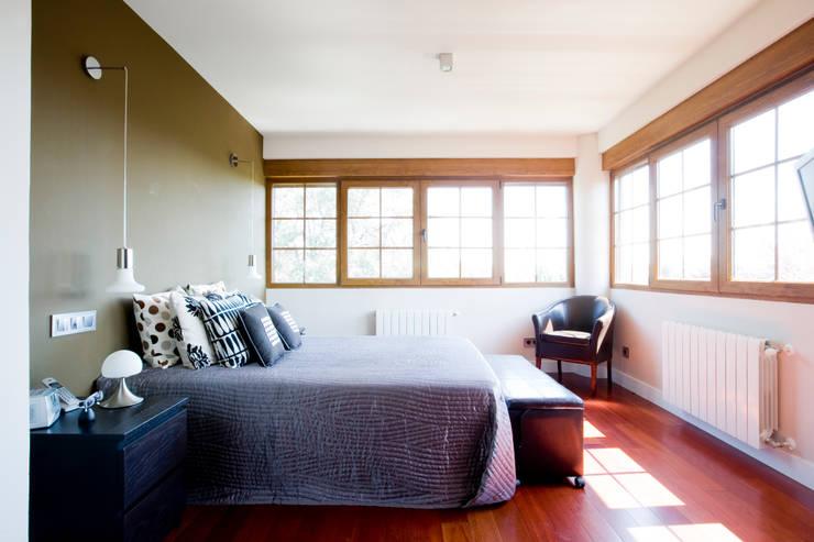Habitación con vistas: Dormitorios de estilo  de IPUNTO INTERIORISMO