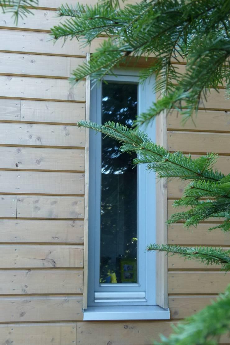 Dom jednorodzinny w Beskidach: styl , w kategorii Okna zaprojektowany przez DO DIZAJN  Dorota Szczygłowska,Nowoczesny