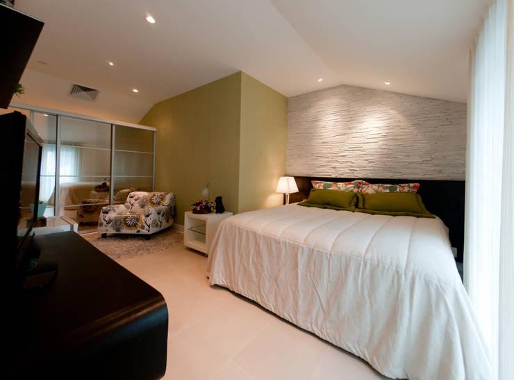 Projeto arquitetônico de interiores para residencia unifamiliar. (Fotos: Lio Simas): Quartos  por ArchDesign STUDIO
