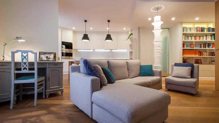 Appartamento a Garbatella: Soggiorno in stile in stile Moderno di Archifacturing