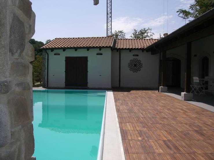 la piscina e il porticato: Piscina in stile  di STUDIO DI ARCHITETTURA CLEMENTI,
