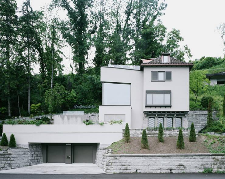 Von der Strasse aus:  Häuser von Lando Rossmaier Architekten AG