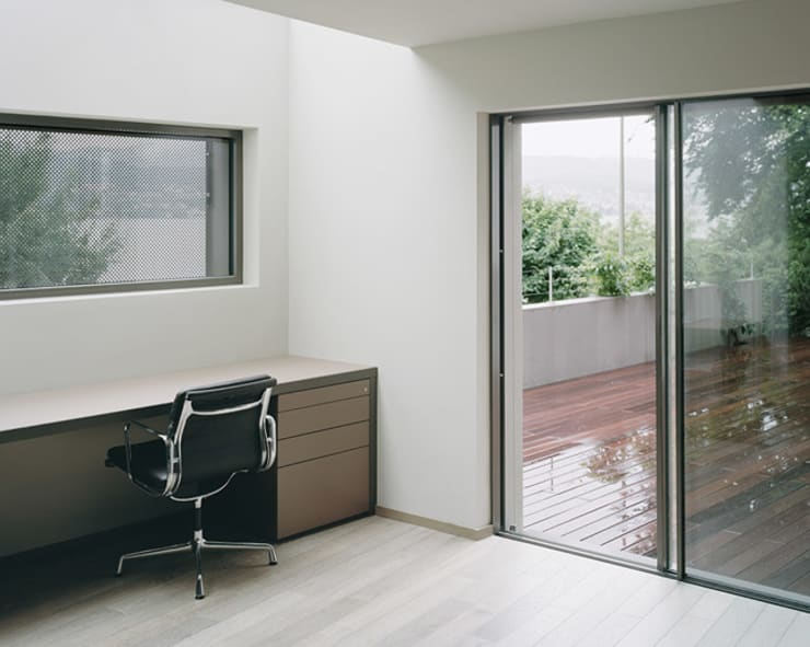 Das Arbeitszimmer mit Oberlicht.:  Arbeitszimmer von Lando Rossmaier Architekten AG