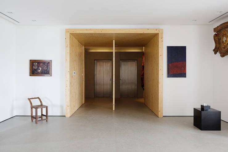 Apartamento da Colecionadora: Salas de estar  por Consuelo Jorge Arquitetos