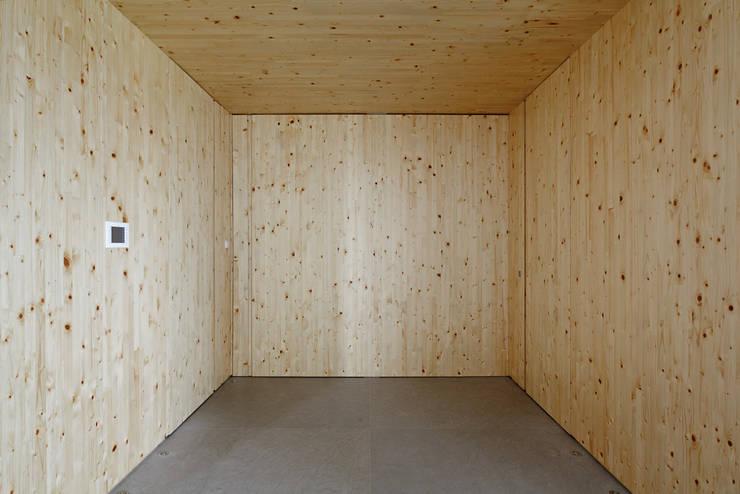 Apartamento da Colecionadora: Salas de estar minimalistas por Consuelo Jorge Arquitetos