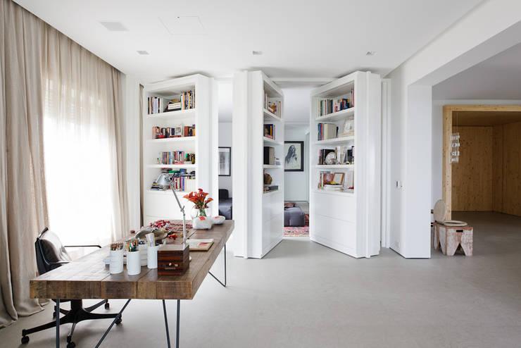 Apartamento da Colecionadora: Escritórios  por Consuelo Jorge Arquitetos