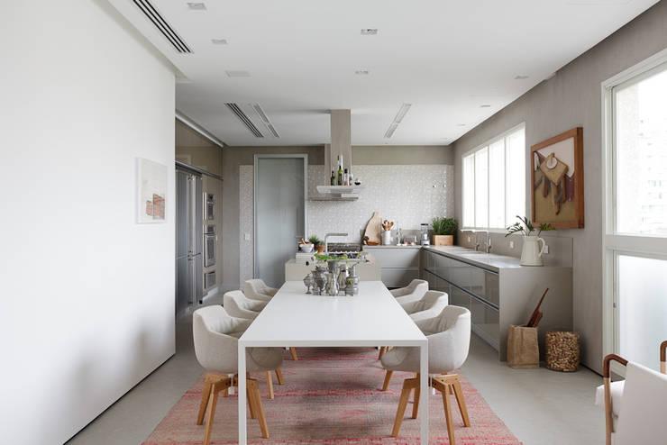 Apartamento da Colecionadora: Cozinhas  por Consuelo Jorge Arquitetos