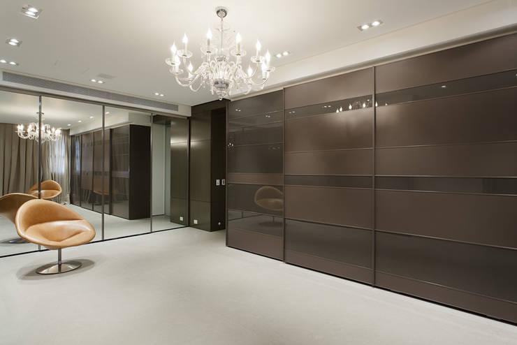Apartamento da Colecionadora: Corredores e halls de entrada  por Consuelo Jorge Arquitetos