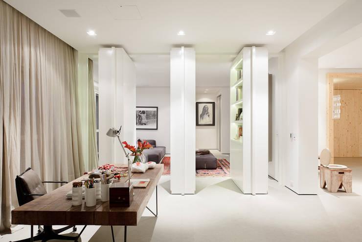 Projekty,  Domowe biuro i gabinet zaprojektowane przez Consuelo Jorge Arquitetos