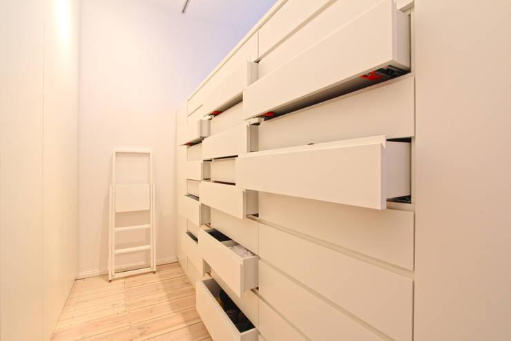 Vestidores y closets de estilo moderno por WAF Architekten