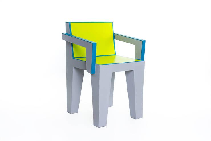 Chaise design en carton : Salon de style  par Elle et les cartons