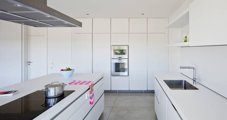 Auf Zukunft gesetzt- Wohnhaus in Bruchsal: moderne Küche von STIEBEL ELTRON GmbH & Co. KG