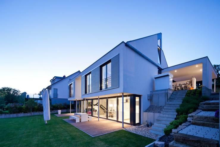 Auf Zukunft gesetzt- Wohnhaus in Bruchsal: moderne Häuser von STIEBEL ELTRON GmbH & Co. KG