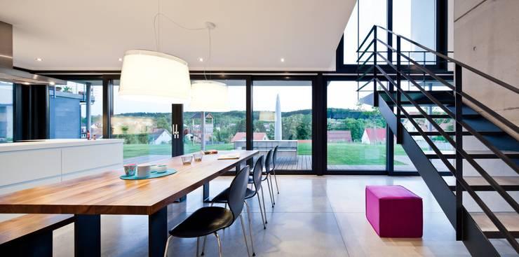 Auf Zukunft gesetzt- Wohnhaus in Bruchsal: moderne Esszimmer von STIEBEL ELTRON GmbH & Co. KG