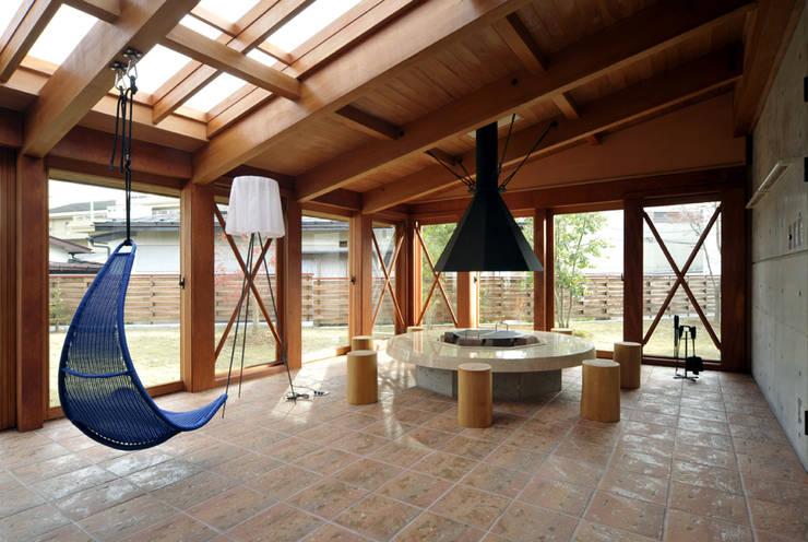 地平線の家: 片倉隆幸建築研究室が手掛けたリビングルームです。