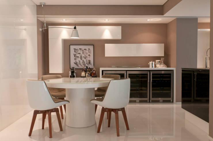 Apartamento Campo Belo: Salas de jantar modernas por Consuelo Jorge Arquitetos