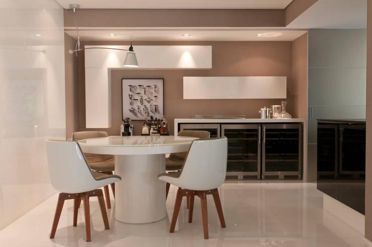 Apartamento Campo Belo: Salas de jantar  por Consuelo Jorge Arquitetos