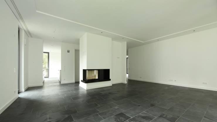 Obergeschoss Wohnen-Essen-Kochen: moderne Wohnzimmer von SHSP Architekten Generalplanungsgesellschaft mbH