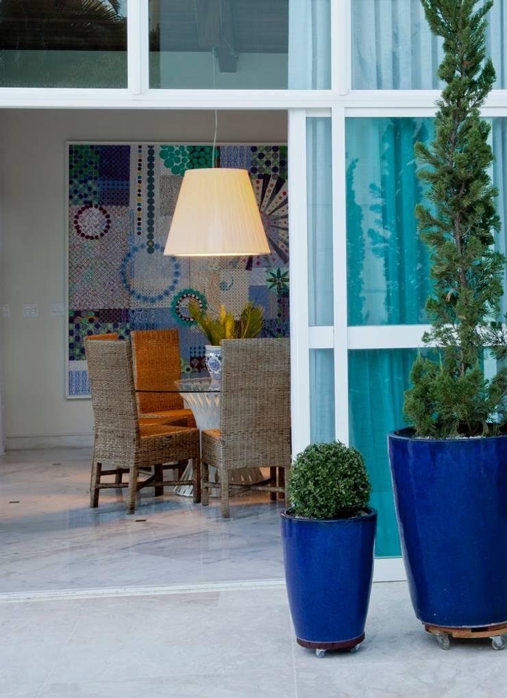 Casa Escarpas de Lago: Salas de estar  por Lais Albergaria Designer Associados