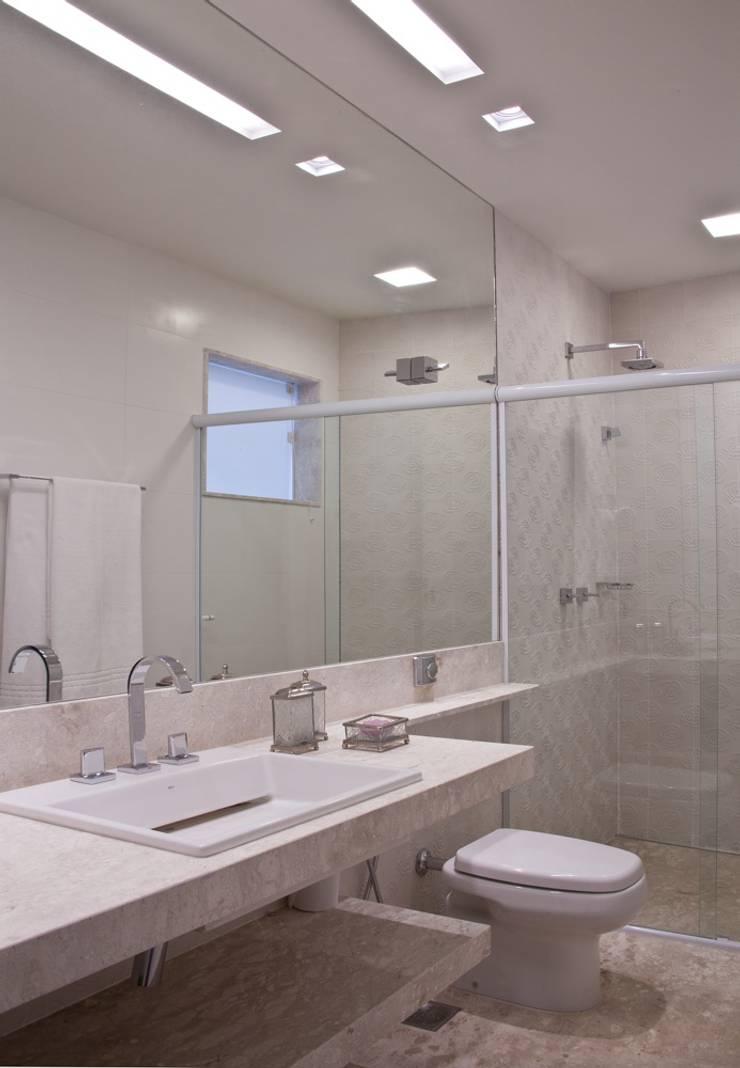 Banho: Banheiros  por Lais Albergaria Designer Associados
