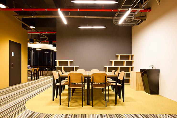 PLAYGROUND in BUILDING: 9cm의  서재 & 사무실