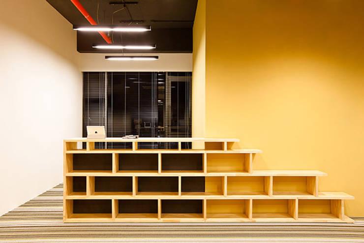 PLAYGROUND in BUILDING: 9cm의  사무실 공간 & 가게