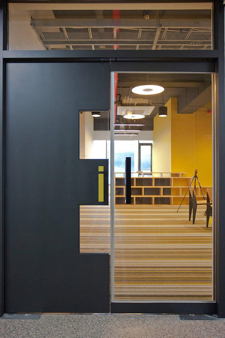 PLAYGROUND in BUILDING: 9cm의  창문,모던