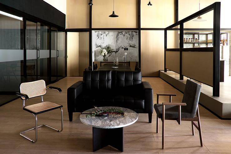 Zona de papelería y trabajos en equipo: Oficinas y tiendas de estilo  por Studio Marco Villa Mateos