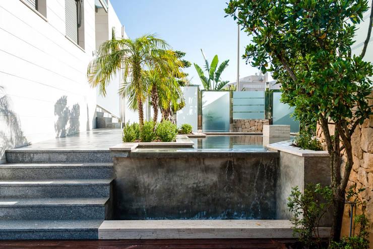 Diseño de jardín y estanque en vivienda de lujo.: Jardines de estilo clásico de David Jiménez. Arquitectura y paisaje