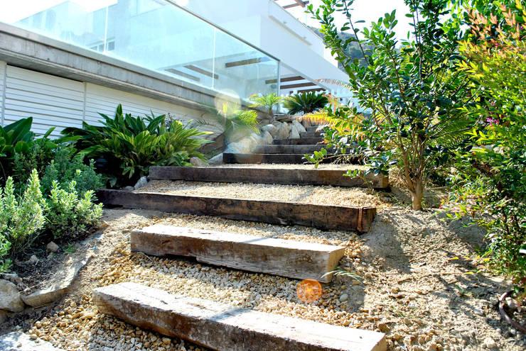 Jardín de matices en villa alicantina: Jardines de estilo  de David Jiménez. Arquitectura y paisaje