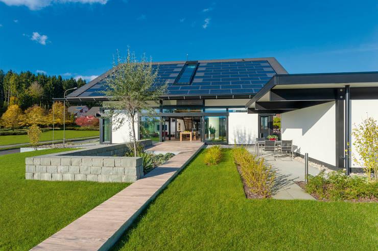 Modern home by HUF HAUS GmbH u. Co. KG Modern