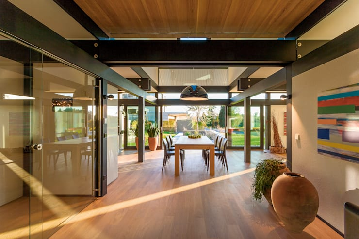 Sala da pranzo in stile in stile Moderno di HUF HAUS GmbH u. Co. KG