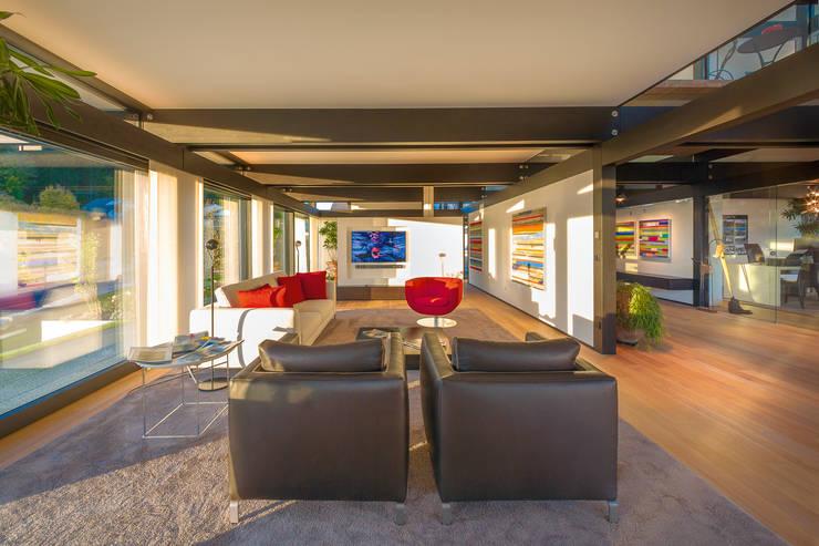 Living room by HUF HAUS GmbH u. Co. KG
