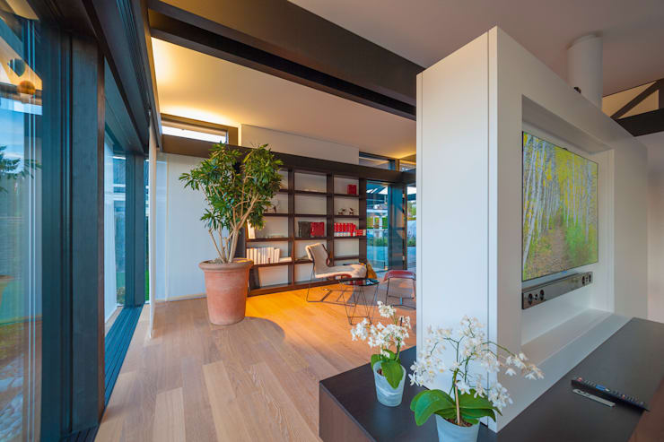 Living room by HUF HAUS GmbH u. Co. KG